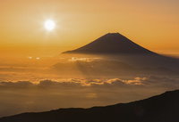雲海に浮かぶ富士山と朝日