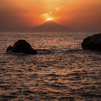 房総半島から望む夕焼けの富士山と海
