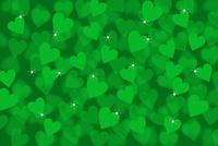 重なり合う緑色のハートと光 CG