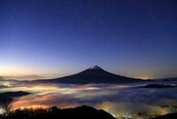 満天の星と雲海に浮かぶ富士山