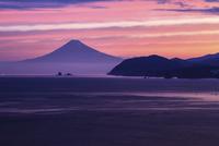 朝焼けの駿河湾と富士山