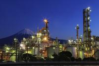 夜明けの工場風景と富士山
