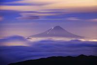 国師ケ岳から望む夜明け前の雲海と富士山