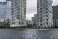 新豊洲から望む晴海の高層マンションと屋形船
