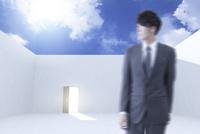 扉のある空間に立つビジネスマンと青空 CG