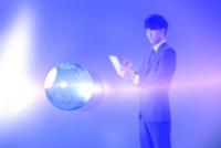 タブレットを持つビジネスマンと地球儀 CG