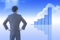 ビジネスマンの後ろ姿と棒グラフと青空 CG