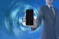 スマートフォンを持つビジネスマンと数字 CG
