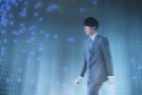 歩くビジネスマンと青色の光 CG