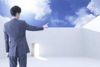 扉のある空間で指をさすビジネスマンと青空 CG