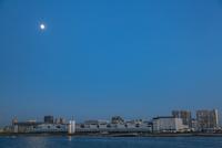豊洲市場と運河と月
