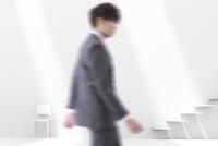 白い空間を歩くビジネスマン CG