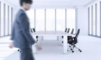 会議室を歩くビジネスマン CG 11019037486| 写真素材・ストックフォト・画像・イラスト素材|アマナイメージズ