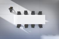 会議室を歩くビジネスマン CG 11019037565| 写真素材・ストックフォト・画像・イラスト素材|アマナイメージズ