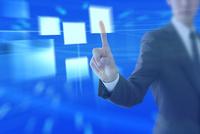 指を指すビジネスマンと光る四角形 CG