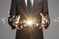 ビジネスマンの手と放射状の光 CG