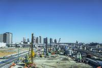 有明の商業施設の工事風景と東雲のビル群 11019037833| 写真素材・ストックフォト・画像・イラスト素材|アマナイメージズ