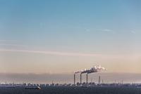 東京湾と京葉工業地帯の工場風景