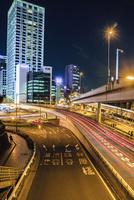 赤坂見附交差点付近の道路と街並み 夜景