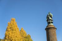 靖国神社の大村益次郎像と紅葉のイチョウ