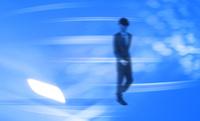 歩くビジネスマンと光 CG