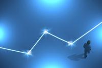歩くビジネスマンと光る線 CG 11019038103| 写真素材・ストックフォト・画像・イラスト素材|アマナイメージズ