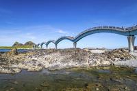 三仙台とアーチ橋 台東県 11019038316| 写真素材・ストックフォト・画像・イラスト素材|アマナイメージズ