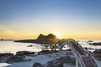 三仙台とアーチ橋と朝日 台東県 11019038319| 写真素材・ストックフォト・画像・イラスト素材|アマナイメージズ