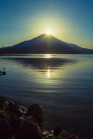 山中湖より望むダイヤモンド富士