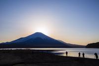 夕焼けの富士山を撮影する人々 11019038373| 写真素材・ストックフォト・画像・イラスト素材|アマナイメージズ