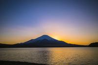 山中湖から望む夕景の富士山