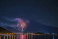 河口湖の冬花火と富士山