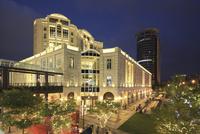 高級百貨店 BELLAVITA と ビジネスビルの夜景 台北市 11019038414| 写真素材・ストックフォト・画像・イラスト素材|アマナイメージズ