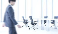 会議室を歩くビジネスマン CG 11019038497| 写真素材・ストックフォト・画像・イラスト素材|アマナイメージズ