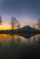夜明けの富士山と逆さ富士 11019038700| 写真素材・ストックフォト・画像・イラスト素材|アマナイメージズ
