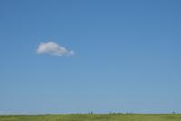 新緑の土手を走る人々と青空 11019038887| 写真素材・ストックフォト・画像・イラスト素材|アマナイメージズ