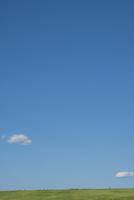 新緑の土手を走る人々と青空 11019038889| 写真素材・ストックフォト・画像・イラスト素材|アマナイメージズ