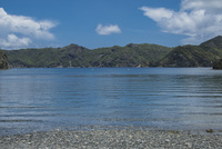 父島 宮之浜の海岸と兄島 11019039009| 写真素材・ストックフォト・画像・イラスト素材|アマナイメージズ