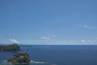 ウェザーステーション展望台から望む母島方面の海 11019039010| 写真素材・ストックフォト・画像・イラスト素材|アマナイメージズ