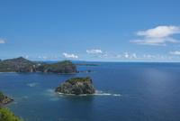 ウェザーステーション展望台から望む母島方面の海 11019039013| 写真素材・ストックフォト・画像・イラスト素材|アマナイメージズ