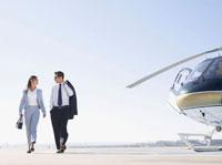 Two businesspeople walking on runway 11021000277| 写真素材・ストックフォト・画像・イラスト素材|アマナイメージズ