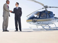 Men shaking hands near helicopter 11021000278| 写真素材・ストックフォト・画像・イラスト素材|アマナイメージズ