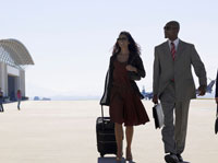 Two businesspeople walking at airport 11021000282| 写真素材・ストックフォト・画像・イラスト素材|アマナイメージズ