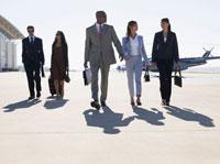 Five businesspeople walking at airport 11021000284| 写真素材・ストックフォト・画像・イラスト素材|アマナイメージズ