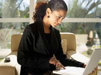 Businesswoman using laptop 11021000322| 写真素材・ストックフォト・画像・イラスト素材|アマナイメージズ