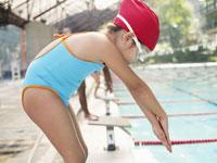 Girl at starting block for swimming race 11021000862| 写真素材・ストックフォト・画像・イラスト素材|アマナイメージズ