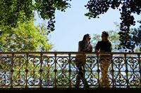 Couple talking on bridge 11021001071  写真素材・ストックフォト・画像・イラスト素材 アマナイメージズ