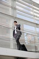 Businessman talking on cell phone 11021001127  写真素材・ストックフォト・画像・イラスト素材 アマナイメージズ
