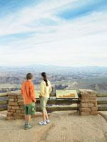 Tourists at observation point 11021001848  写真素材・ストックフォト・画像・イラスト素材 アマナイメージズ