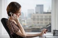 Businesswoman on the phone at desk 11021003055| 写真素材・ストックフォト・画像・イラスト素材|アマナイメージズ